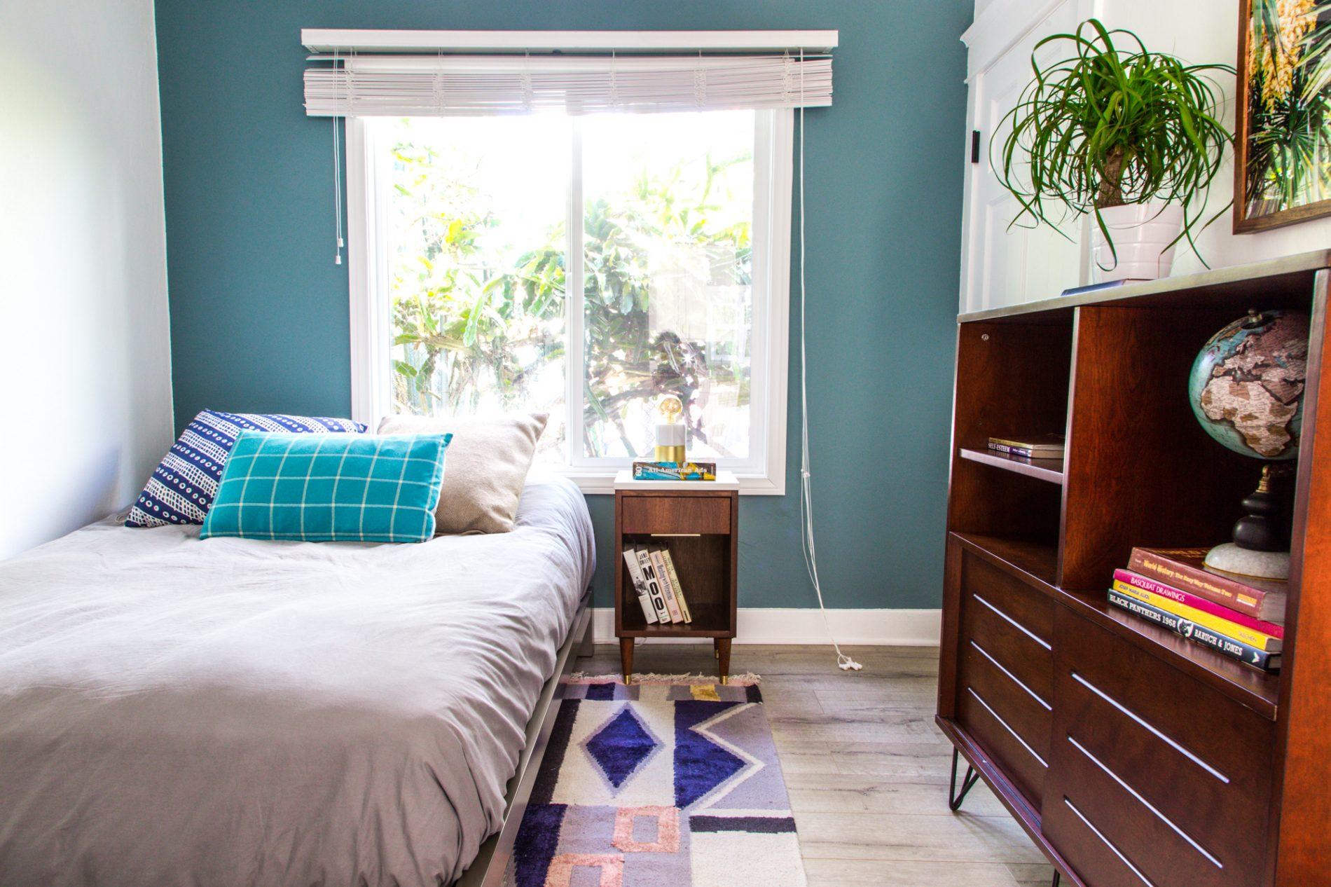 bedroom of sober suite in brentwood ca